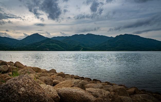 Mening van landschapsaard in hemel en wolkenonweer en rivier in regenseizoen