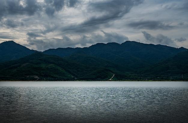 Mening van landschapsnatuur in hemel en wolkenstorm en rivier in stormachtig regenseizoen