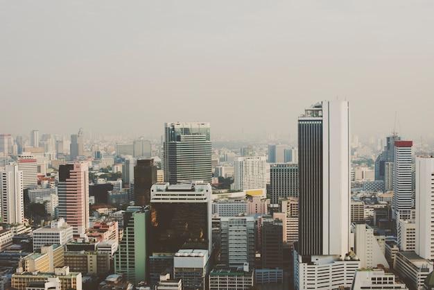 Mening van metro cityscape van stadsgebouwen