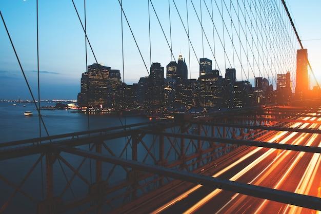Mening van metro van de binnenstad stad van rivierovergang brug bij dageraad