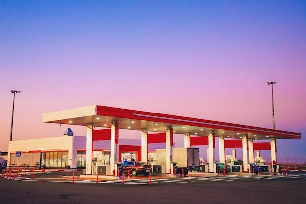 Mening van modern automobiel benzinestation met staande auto's