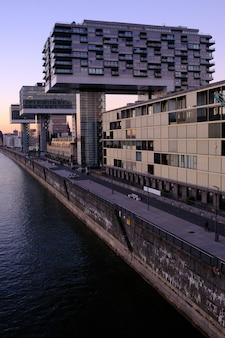 Mening van moderne gebouwen op de waterkant keulen. rijn, rivieroever