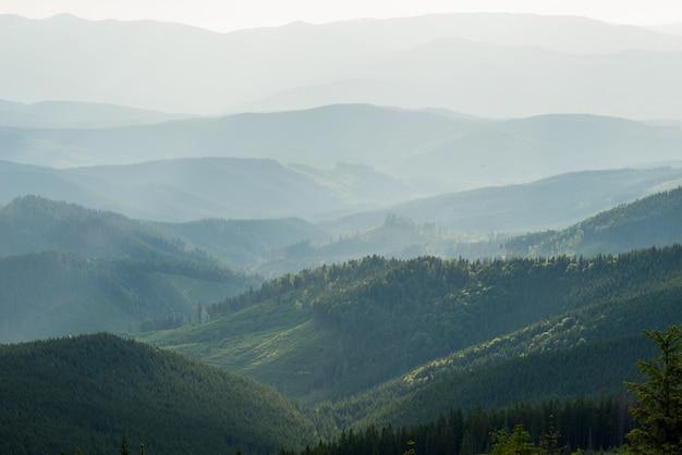 Mening van nevelige mistbergen in de herfst