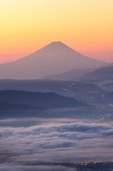 Mening van onderstel fuji en overzees van mist boven suwa-meer in ochtend van takabochi-hoogland