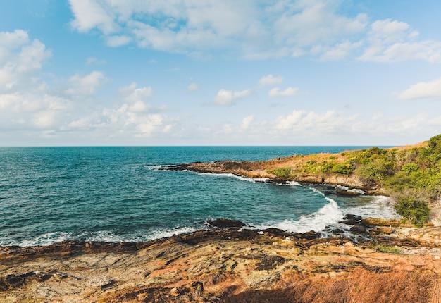 Mening van overzeese golven en fantastisch rotsachtig kustlandschap - het tropische eiland van de zeegezichtrots met oceaan en blauwe hemel in thailand