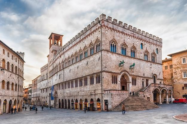 Mening van palazzo dei priori, de historische bouw in perugia, italië