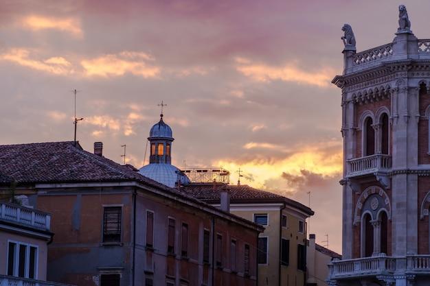 Mening van piazza delle erbe bij zonsondergang in padua, italië