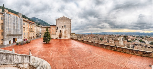 Mening van piazza grande, hoofdvierkant in gubbio, italië
