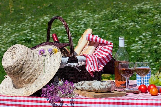 Mening van picknick in franse alpiene bergen