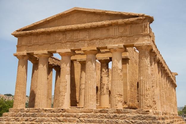 Mening van ruïnes in de vallei van tempels dichtbij agrigento in sicilië, italië