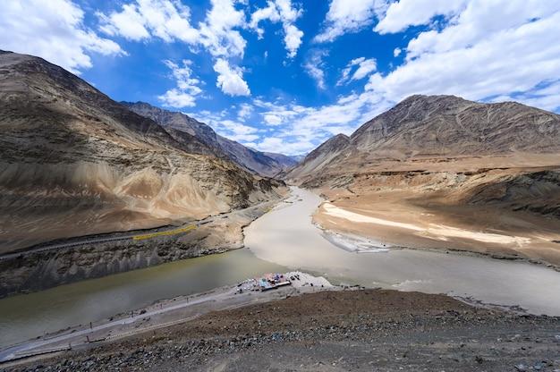 Mening van samenloop van de indus en zanskar-rivieren in leh, het gebied van ladakh, india