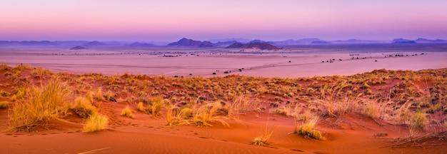 Mening van sesriem bij zonsondergang vanaf de bovenkant van het elim-duin in namibië.