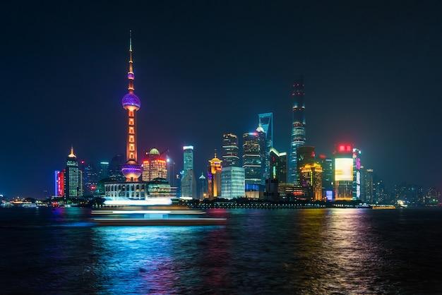 Mening van shanghai bij lujiazui-de wolkenkrabber van de het handelszone van de financiëndistrict in nacht, de chi van shanghai