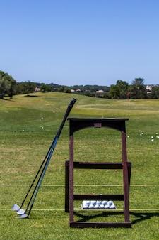 Mening van sommige golfclubs op een test het praktizeren gebied.