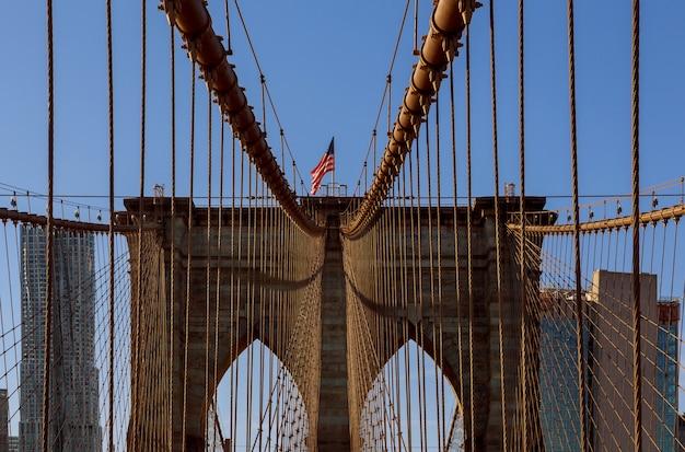 Mening van stijgend beeld van brooklyn bridge, de stad van new york