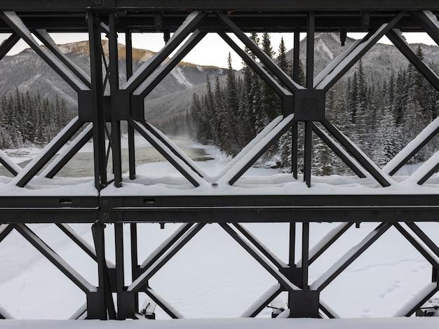 Mening van structuur met bergketen op de achtergrond, alaska-weg, noordelijke rockies regionaal m