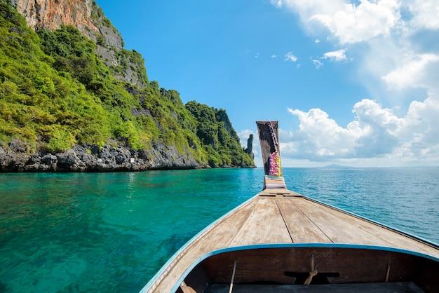 Mening van thaise traditionele longtailboot over duidelijke overzees en hemel in de zonnige dag, phi phi-eilanden, thailand