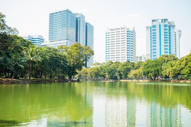 Mening van toren die de horizon van bangkok bouwen bij lumphini-park