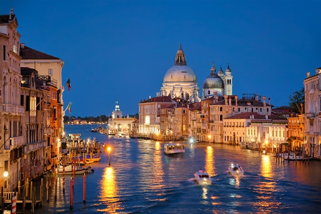 Mening van venetië grand canal en santa maria della salute-kerk in de avond