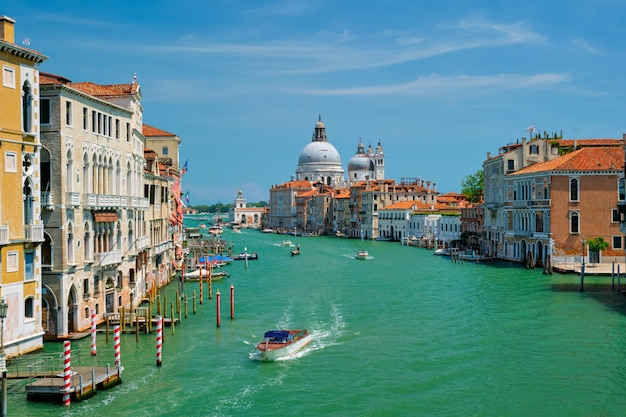 Mening van venetië grand canal en santa maria della salute-kerk op zonsondergang