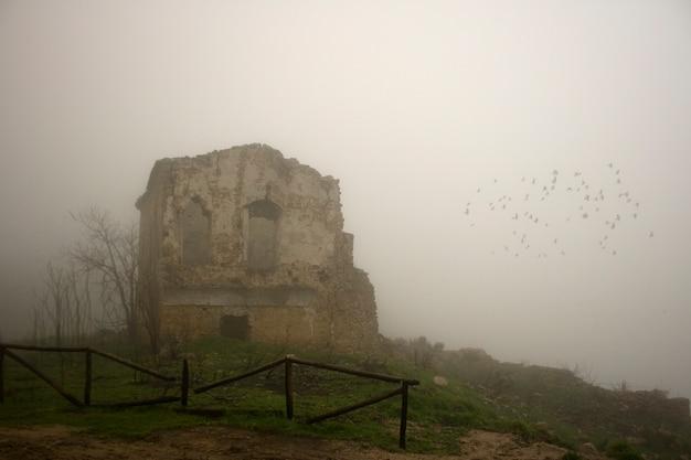 Mening van verlaten huis in de mist