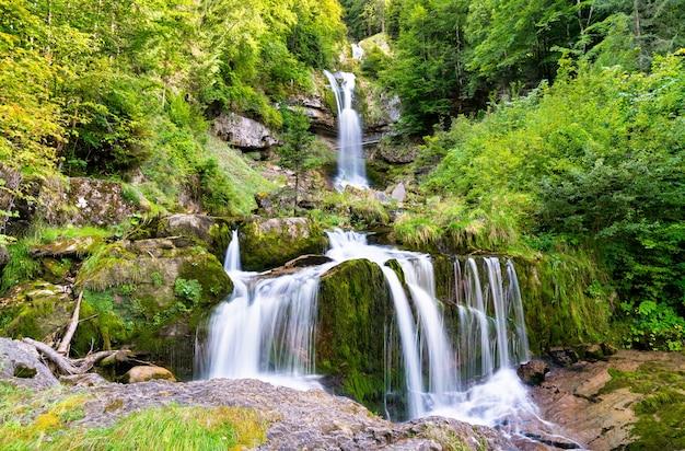 Mening van waterval giessbach bij meer brienzersee in zwitserland