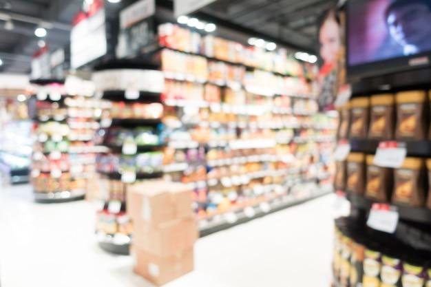 Mening van wazig supermarkt met kartonnen dozen