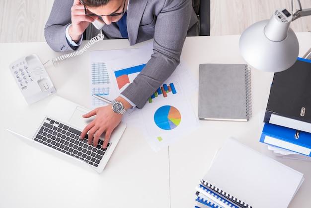Mening vanaf bovenkant op zakenman die aan bedrijfsgrafieken werken
