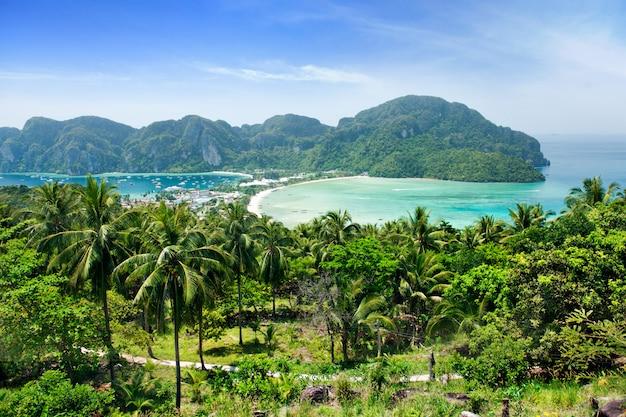 Meningspunt bovenop berg van phi phi-eiland in thailand