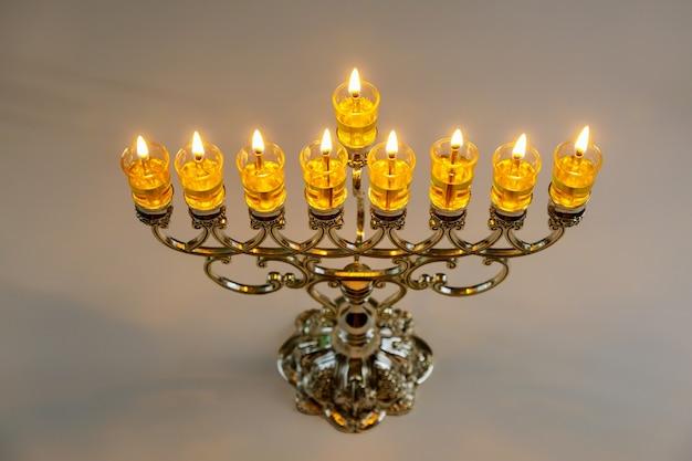 Menora met uitgebrande kaarsen voor chanoeka op joods festival