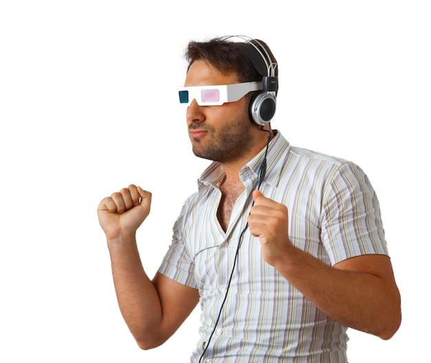 Mens die 3d glazen en hoofdtelefoons draagt