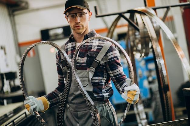 Mens die aan fatory staal en materiaal voor staalproductie werkt