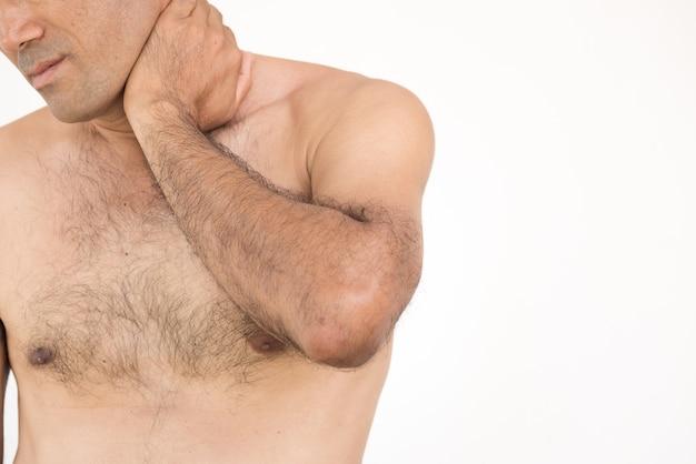 Mens die aan halspijn en verwonding op witte achtergrond lijdt. gezondheidszorg concept.
