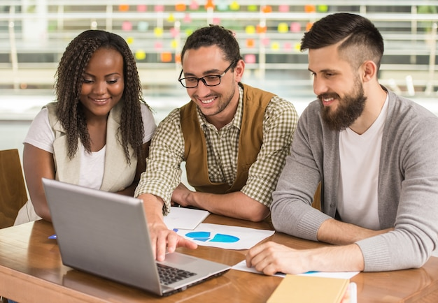 Mens die aan zijn zakenpartners nieuw project toont.