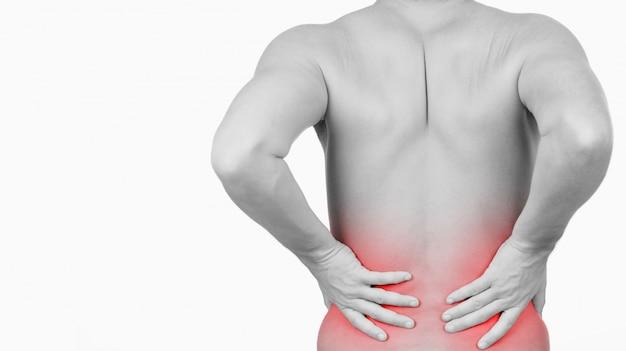 Mens die aantoont dat hij pijn in zijn rug heeft
