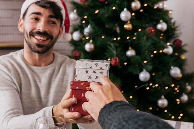 Mens die aanwezig bij kerstmisdiner wordt
