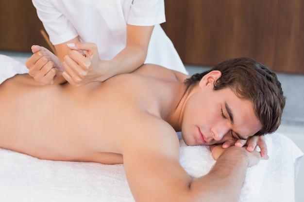 Mens die achtermassage ontvangt op kuuroordcentrum