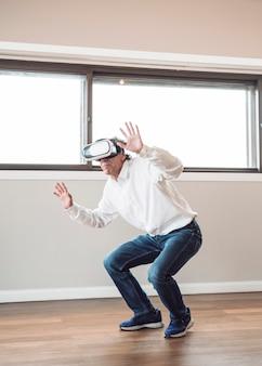 Mens die beweert te raken terwijl het dragen van virtuele werkelijkheidshoofdtelefoon