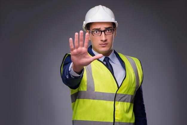 Mens die bouwvakker en bouwvest draagt