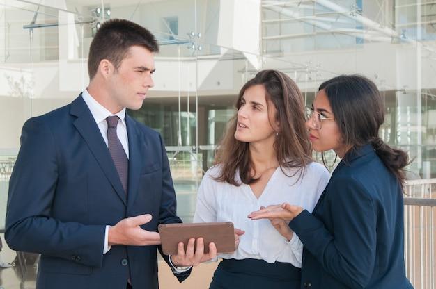 Mens die collega'sgegevens over tablet tonen, kijken zij onzeker