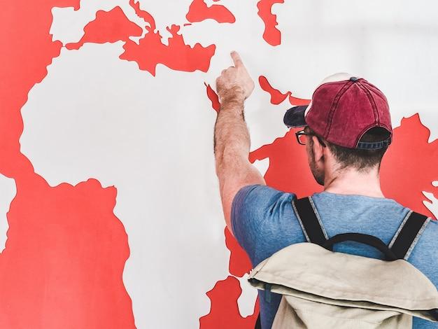 Mens die de wereldkaart bekijkt