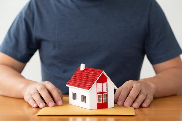 Mens die documentendossier voor leningshuis en herfinanciering voorbereidt