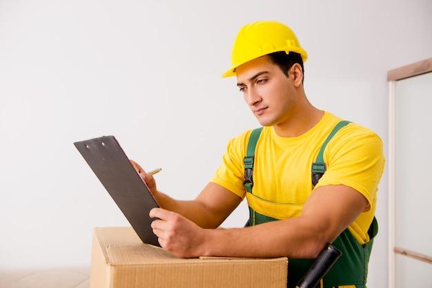 Mens die dozen leveren tijdens huisbeweging