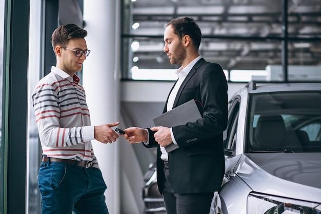 Mens die een auto koopt