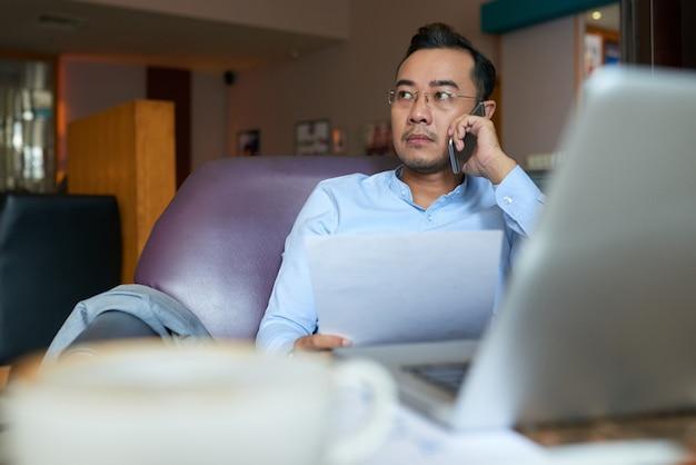 Mens die een belangrijk telefoongesprek met propective cliënt heeft