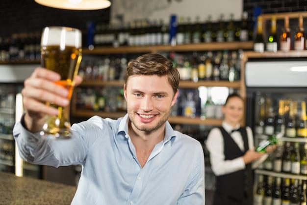 Mens die een bier roostert