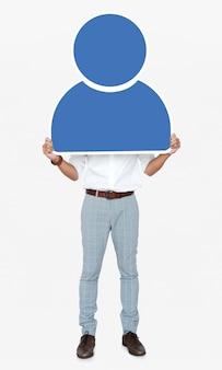 Mens die een blauw gebruikerspictogram houdt