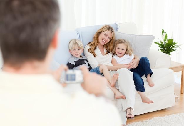Mens die een foto van zijn familie neemt
