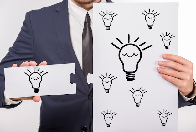 Mens die een nieuw goed idee in handen houdt.