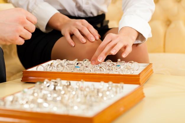 Mens die een ring kiest bij de juwelier